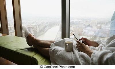 piękny, laptop., businessperson, portret dom, świt, trip., miasto, pracujący, młody, okno, krajobraz, posiedzenie, panoramiczny, tło, używając, przystojny, łóżko, albo, biznesmen, widok budynku