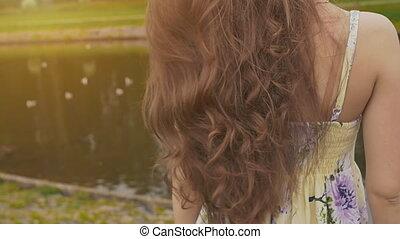 piękny, lato, dziewczyna, oglądając, staw, beauty., summer., wstecz, kudły, ducks., youth., close-up., prospekt., strój, ruchomy, sunset.