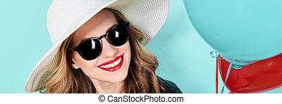 piękny, lato, kobieta, sunglasses, pastel, kapelusz, na, błękitny, młody, tło., fason, pociągający, dzierżawa, portret, balloons., chorągiew, chłodny