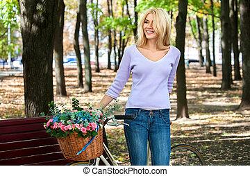 piękny, młoda kobieta, na, rower, w parku