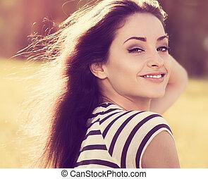 piękny, młoda kobieta, patrząc, szczęśliwy, z, kudły, na, natura, lato, tło., closeup, portret