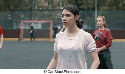 piękny, młoda kobieta, piłka nożna, player., samica, footballer., kobieta, futbolowy zaprzęg