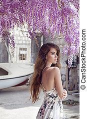 piękny, młoda kobieta, portret, na, wisteria, blossom., pociągający, brunetka, dziewczyna, z, długi, zdrowy, włosy, w, biały strój, dreaming.
