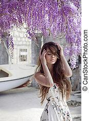 piękny, młoda kobieta, portret, na, wisteria, blossom., pociągający, brunetka, dziewczyna, z, długi, zdrowy, włosy, w, biały strój, alluring.