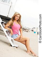 piękny, młoda kobieta, posiedzenie na schodkach, na plaży
