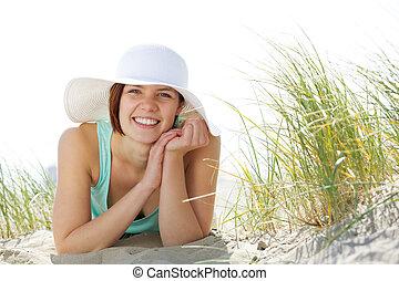 piękny, młoda kobieta, uśmiechanie się, z, kapelusz
