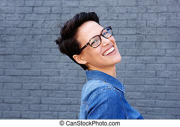 piękny, młoda kobieta, uśmiechanie się, z, okulary