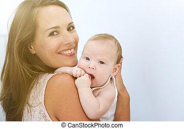 piękny, młoda kobieta, uśmiechanie się, z, sprytny, niemowlę