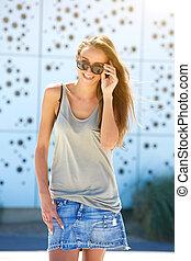 piękny, młoda kobieta, uśmiechanie się, z, sunglasses