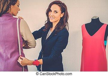 piękny, młoda kobieta, w, fason, warsztat, haute, couture.