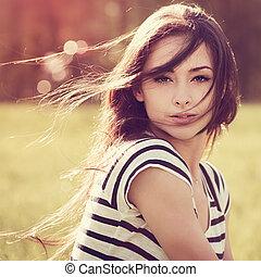 piękny, młoda kobieta, z, dziki, kudły, na, natura, lato, tło