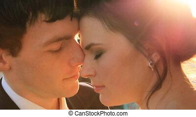 piękny, młoda para, panna młoda i oporządzają, w, niejaki, poślubny strój, w słońcu, miękko, siebie przeglądnięcia, całowanie, szczęśliwa rodzina, miłość