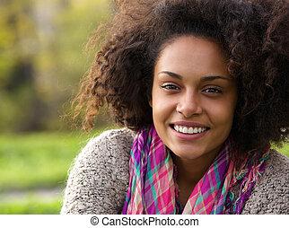 piękny, młody, afrykańska amerykańska kobieta, uśmiechanie się, outdoors