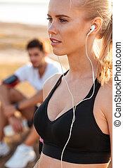 piękny, młody, blondynka, ma na sobie kobietę, z, earphones