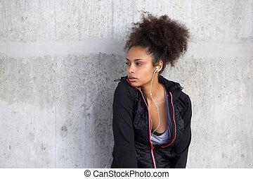 piękny, młody, czarna kobieta, odprężając, z, earphones