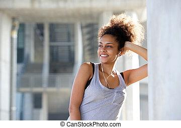 piękny, młody, ma na sobie kobietę, uśmiechanie się, z, earphones