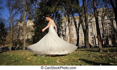 piękny, młody, panna młoda, w, biały ślub, strój, przędzenie, around., szczęśliwy, panna młoda, świętując, jej, marriage., powolny ruch, video, footage.