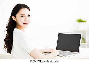 piękny, młody, uśmiechnięta kobieta, z, laptop