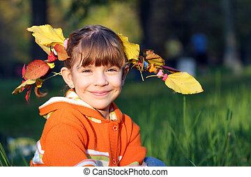 piękny, mała dziewczyna, z, autumn odchodzi, w, włosy
