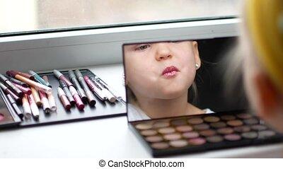 piękny, mały, się, uzupełnijcie lustro, dziewczyna, marki