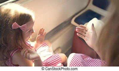 piękny, mamusia, i, sprytny, córka, interpretacja, pasztecik-placek, posiedzenie, przed, okno, w, szybkość, pociąg