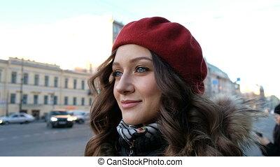 piękny, miasto, aparat fotograficzny, patrząc, ulica, przedstawianie, pociągający, closeup, dziewczyna