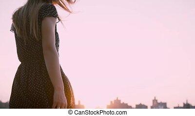 piękny, miasto, powolny, lato, motion., do góry, plandeki, aparat fotograficzny, czarna samica, przedstawianie, dziewczyna, nogi, strój, kaukaski, zachód słońca