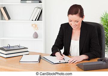 piękny, miedzianowłosa kobieta, w, garnitur, pisanie, na, niejaki, notatnik