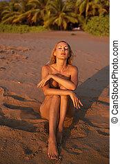 piękny, morze, dziewczyna, plaża, wzór, piaszczysty
