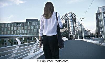 piękny, most, pieszy, zajęty, środek, miasto, dziewczyna