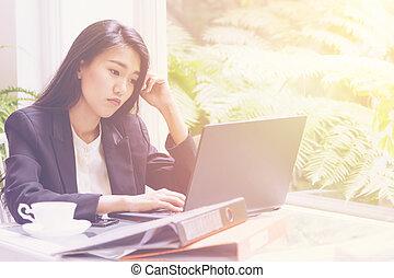 piękny, o, kobieta handlowa, pracujący, laptop, młody, rozłączenie, planowanie
