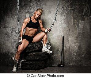 piękny, opony, kobieta posiedzenie, muskularny, bodybuilder, dzierżawa, więzy