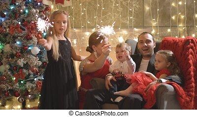 piękny, płonący, rodzina, pocałunki, sparklers, śmiech, rok, nowy, szczęśliwy, spotykać