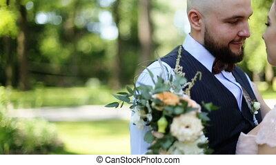piękny, panna młoda i oporządzają, obejmowanie, i, całowanie, na, ich, poślubny dzień, outdoors