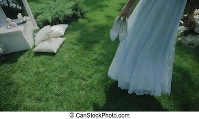 piękny, panna młoda, pieszy, trawa