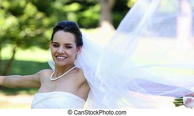 piękny, panna młoda, uśmiechanie się, na aparacie fotograficzny