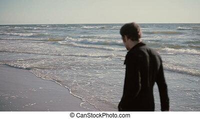 piękny, pieszy, jego, obuwie, młody, wietrzny, transport, wzdłuż, plaża, dzień, hands., człowiek