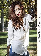 piękny, pieszy, kobieta, park, młody, portret, biały strój