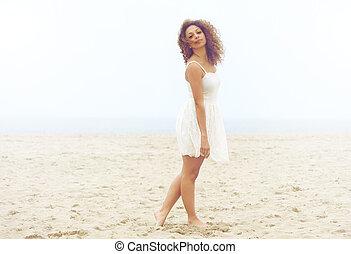 piękny, pieszy, kobieta, strój, piasek, biała plaża