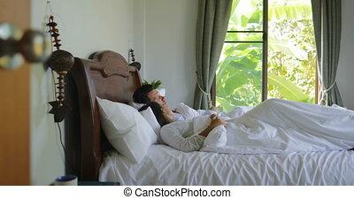 piękny, pieszy, młoda para, do góry, łóżko, rano, taras, sypialnia, dziewczyna, budzenie, obejmowanie, człowiek