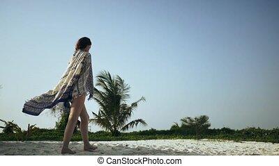 piękny, pieszy, pareo, wzdłuż, plaża, dziewczyna