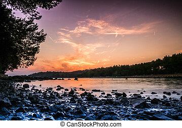 piękny, plaża, podczas, zachód słońca, w, rovinj, chorwacja