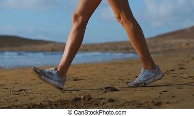 piękny, plaża, szczelnie-do góry, kobieta, strzał, sand., pieszy, ruch, powolny, sneakers, steadicam, biały