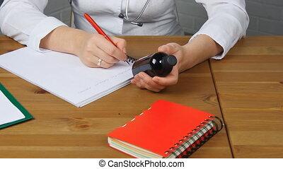 piękny, pojęcie, recepta, dzierżawa, pracujący, doktor, medyczny, posiedzenie, słój, młody, pisanie, tabletki, samica, przód, stół, farmaceuta, szczególny, form.