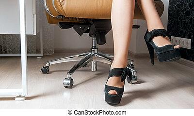 piękny, posiedzenie, kobieta interesu, młody, fotel, sexy, nogi