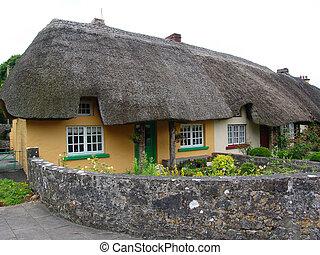 piękny, poszywany domek, dach