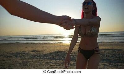 piękny, powolny ruch, wyścigi, kochankowie, ku, morze, plaża, wschód słońca, szczęśliwy