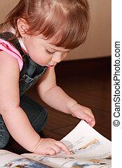 piękny, różowy, mały, koszula, drelich, czyta, książka, ...