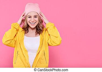 piękny, różowy, teenage, fason, pastel, excited., wspaniały, na, beanie, młody, żółtko, tło., jasny, kobieta, hipster, pociągający, portret, dziewczyna, kapelusz, chłodny
