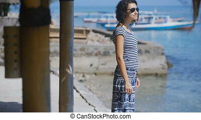 piękny, reputacja, brunetka, sunglasses, jej, odległość, resort., wyprostowywuje, młody, włosy, konkretny, kobieta, spojrzenia, ocean., shore., dziewczyna, molo, went